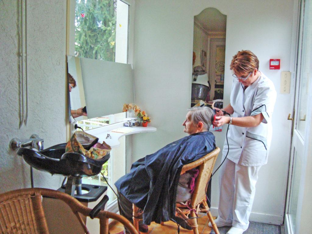 Dans un monde tourné vers l'image, chacun des résidents des Lauriers peut aussi soigner son apparence grâce à l'intervention d'une coiffeuse